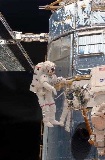 Grunsfeld repairing Hubble